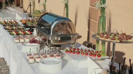 общественное питание : Lots of mouth-watering and delicious snacks on a catering