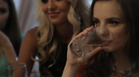 формальный : Dressed girls drinking champagne at a banquet