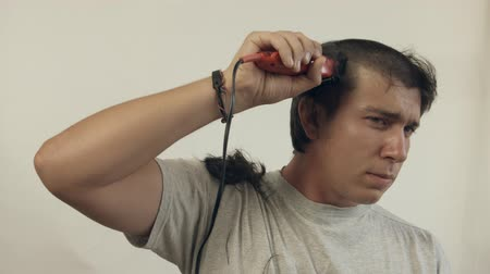 barbear : Guy shaves off hair on the head using of the electric shaver