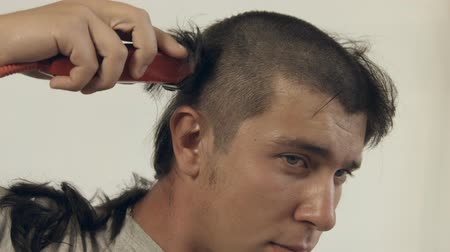 bas : Guy shaves off hair on the head with the help of the electric shaver for admission to the army Stok Video