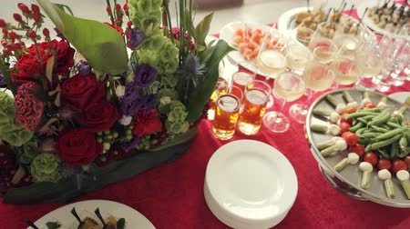 общественное питание : Variety of tasty snacks, canapes, alcohol and water in the cups at the banquet on catering