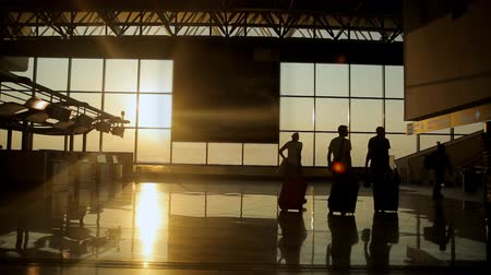 parceria : Silhouettes of travelers at the airport