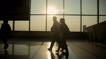 готовый : Silhouettes of people coming for a landing on the flight in Milan airport