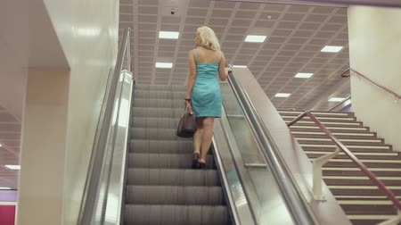 лифт : Young woman on a moving escalator