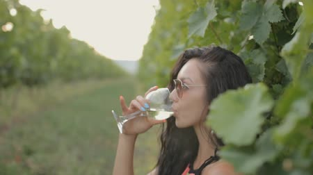 vinho : Young woman drinking wine