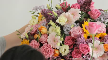 florista : Florists make a huge bouquet from a variety of colorful flowers Stock Footage