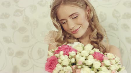 luxo : Charming blonde with wavy hair posing with a large bouquet of roses