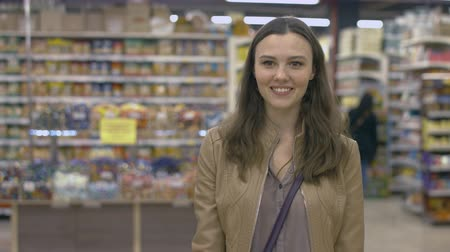 bakkal : Happy girl standing in the supermarket