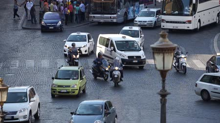 руины : Views of traffic from around the ancient Italian city of Rome. Стоковые видеозаписи