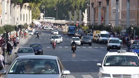 governo : Views of traffic from around the ancient Italian city of Rome. Vídeos