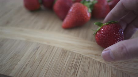 comestíveis : Close up views of healthy organic produce in a kitchen.