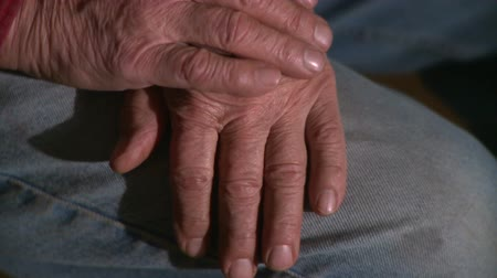 skóra : Close up of an older mans hands