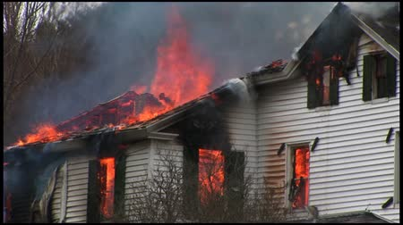 destruir : A home is completely destroyed by fire. Stock Footage