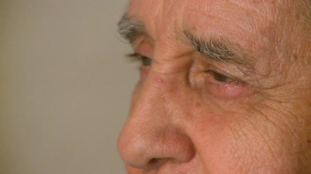 ouvido : Close up shot of a male in his 70??s Vídeos