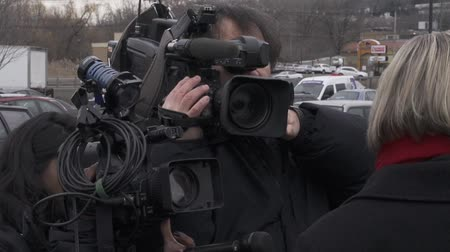 öldürmek : Camera crews and reporters interview people about breaking news.
