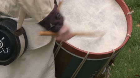 öldürmek : Drummer drums during a revolutionary war battle reenactment Stok Video