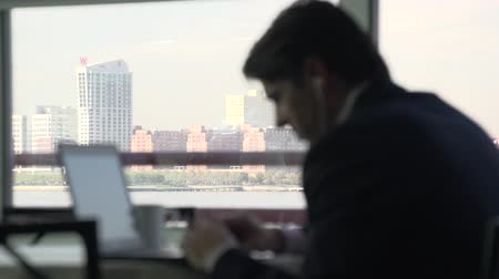 conferência : Business person using a laptop at a conference