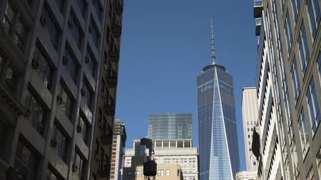 icônico : A view of the iconic One World Trade Center from a low vantage point on a sunny day.