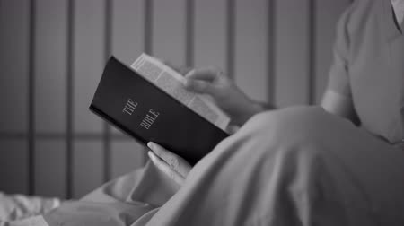 öldürmek : Inmate reads bible inside of a jail or prison