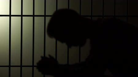 autoridade : A silhouette of a man in prison