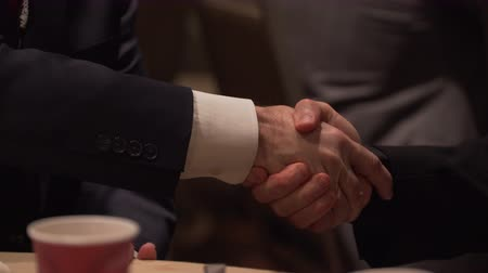 тренер : Attendees at a conference network and shake hands