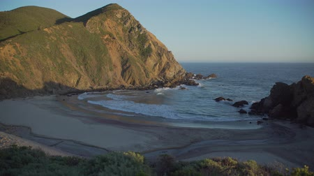 areia : A view on Pfeiffer beach in famous Big Sur, home of the keyhole arch and a purple sand beach. Vídeos