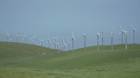 żródło : View of The Altamont Pass Wind Farm, located in the Altamont Pass of the Diablo Range in Northern California. It is one of the earliest wind farms in the United States. At one time the largest wind farm in the world in terms of capacity. Altamont Pass is