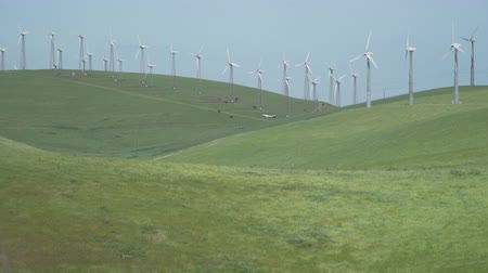 parque eólico : View of The Altamont Pass Wind Farm, located in the Altamont Pass of the Diablo Range in Northern California. It is one of the earliest wind farms in the United States. At one time the largest wind farm in the world in terms of capacity. Altamont Pass is