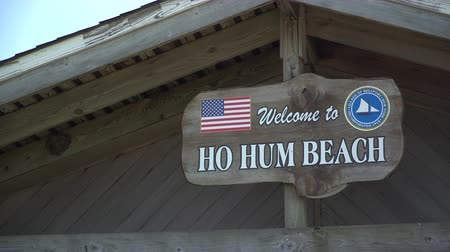 kumlu : A view of the Ho Hum beach sign on a building at Fire Island on a gorgeous sunny day Stok Video
