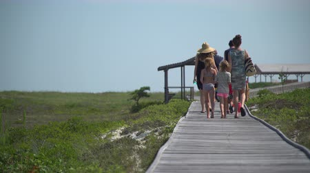 marynarka wojenna : Low angle view of family walking out to Ho Hum beach on Fire Island on a gorgeous sunny day