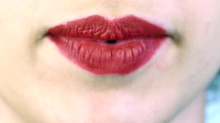 boca : close-up of a womans mouth that speaks quickly
