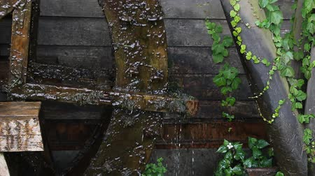 meditativo : Rotation of the old water mill (close-up)