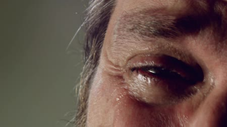 крик : Crying man with tears in eye closeup