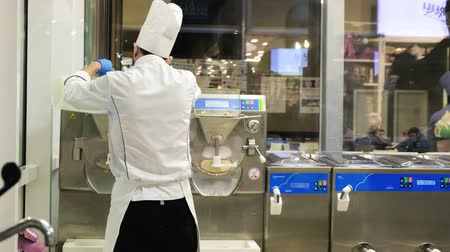 sürahi : employee chef preparing italian Gelato Ice Cream machine