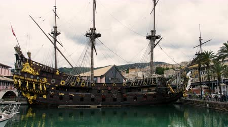 kanon : Galleon sailer Neptunus gedokt in de oude haven van Genua. zeilschip uit de film Pirates van Roman Polanskis