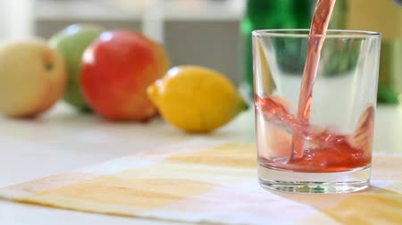limonada : Fruit juice is poured In the glass