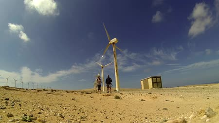 Канарские острова : Travelers near the wind turbine, Fuerteventura, Canary Islands
