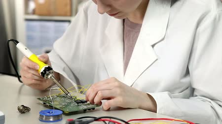 kable : Girl solder wires to the circuit board in the electronics lab Wideo