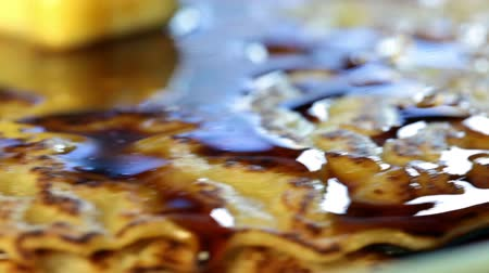 блин : Appetizing fried pancake rotates in the frame in focus close-up  Стоковые видеозаписи