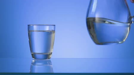 jarro : Drinking water is poured into a glass