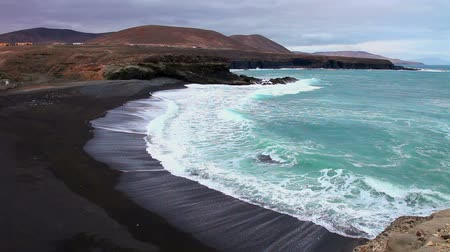 kanarya adaları : Rocky shore and surf the Atlantic, Fuerteventura, Canary Islands