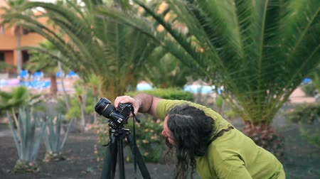 imagem : photographer take pictures  with camera on a tripod Vídeos