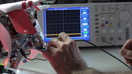 elektronika : Adjusting quadrocopter drone in a  electronic laboratory Wideo
