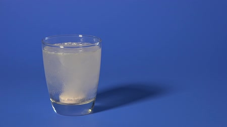 oldódó : soluble pill in a glass of water
