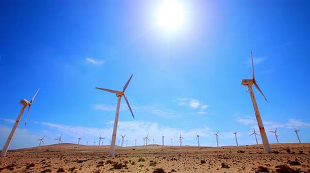 Калифорния : wind turbines in the desert Стоковые видеозаписи