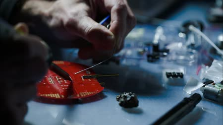 düzeltmek : installation of electronic components on a printed circuit board Stok Video