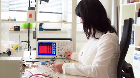 laboratório : woman in the electronics lab