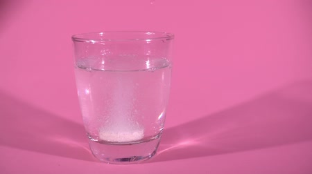efervescente : Glass Of Water And Aspirin Tablet In Slowmotion