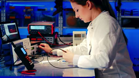 tudományos : Woman In The Electronics Lab tested electronic device