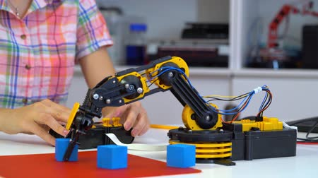öğrenme : School girl robotics laboratory Stok Video
